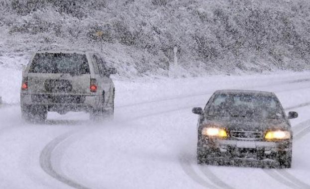 """Силен снеговалеж на АМ """"Хемус"""" затруднява движението между Севлиево и Велико Търново"""