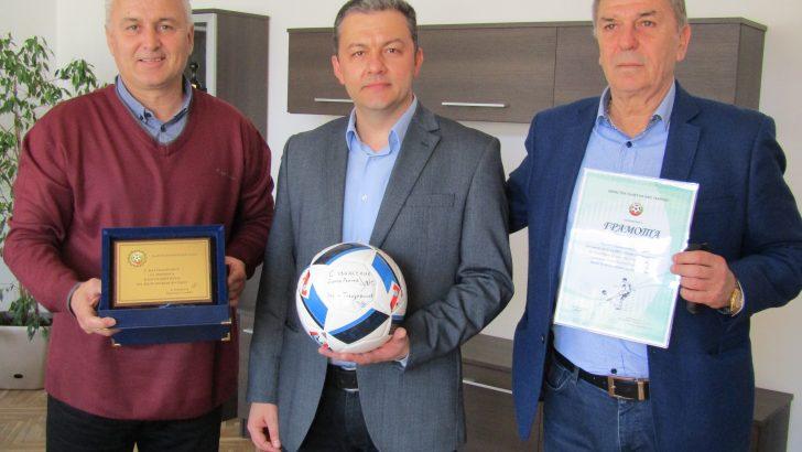 Кметът с плакет и грамота от БФС за принос в развитието на футбола