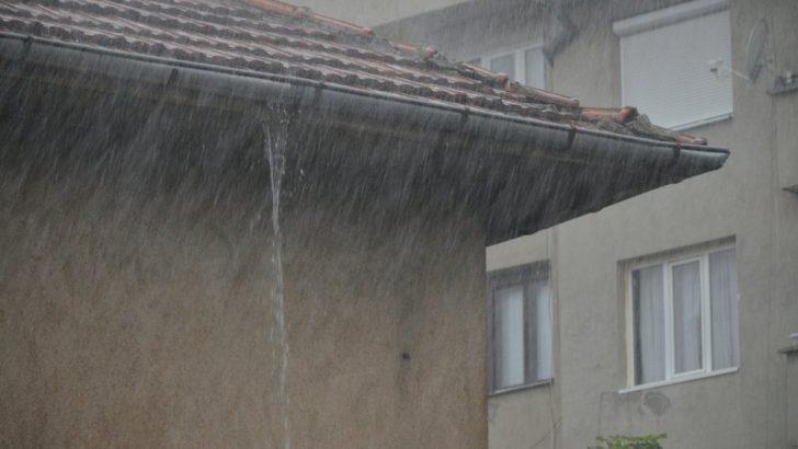 Мазета и дворове са наводнени след проливния дъжд вчера