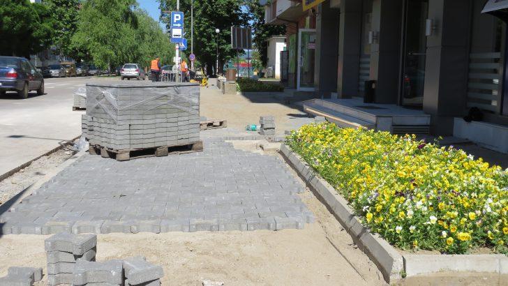 Ремонтират тротоарите в Севлиево, първият е готов