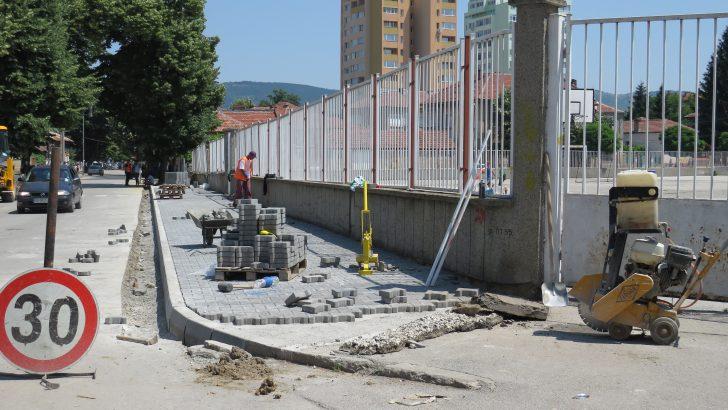 Новите тротоари са почти готови, кметът лично ги провери