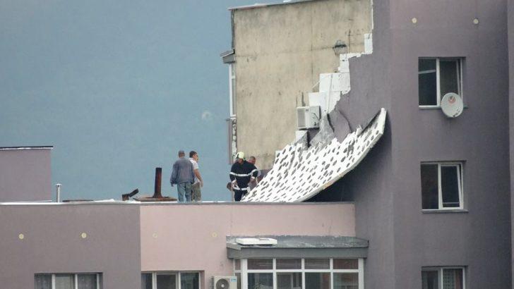 Ураганен вятър е съборил фасадата на жилищния блок в Севлиево