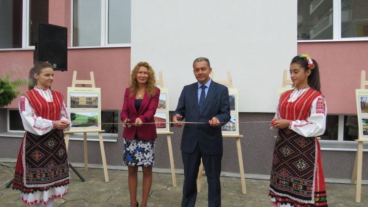 Зам.-министър Николова и кметът  д-р Иванов откриха обновените девет училища и детски градини в Севлиево