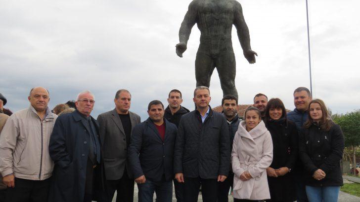 Споменът за легендата Дан Колов събра световни шампиони в родното му село Сенник