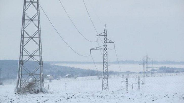 Стотици останаха без ток заради силния вятър