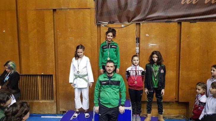 Хана Халил е шампион на България по джудо за момичета, Елина Генова е с бронз