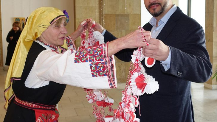 """Малчуганите от детска градина """"Радост"""" доведоха Баба Марта в Общината"""