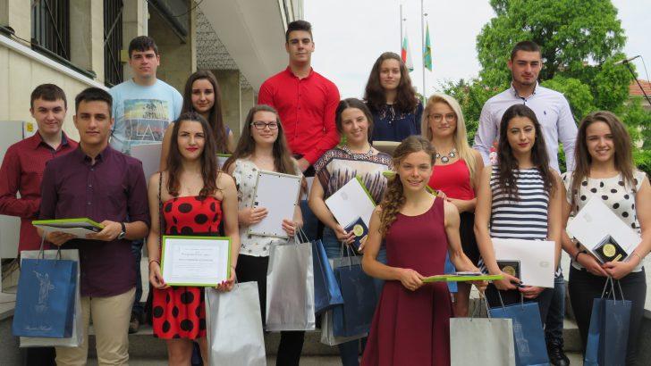 Наградиха изявените ученици и учители по повод 24 май