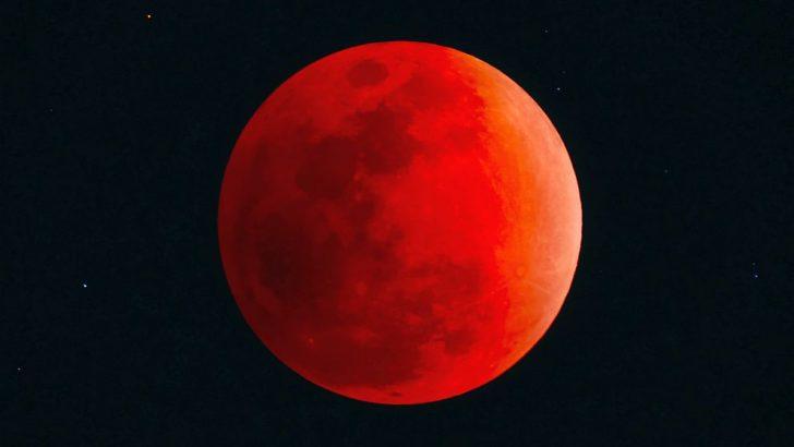 Кървава луна в понеделник сутринта