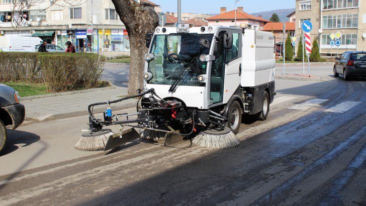 Общината започна миене и чистене на улиците в града и селата