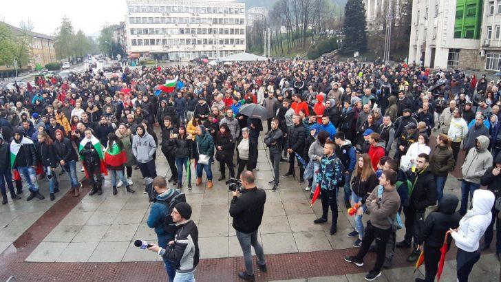 Протестите в Габрово продължават, областният управител призова институциите да си вършат работата