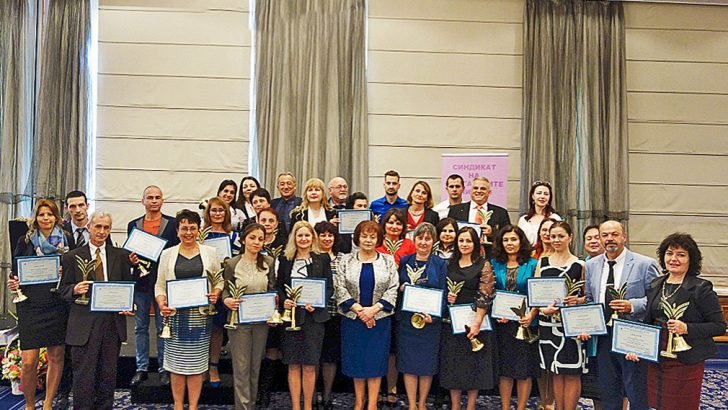 """Два приза """"Учител на годината"""" бяха връчени от Синдиката на учителите тази година на педагози от Севлиево"""