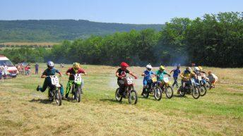 Мотокрос състезание с балканчета събра любители край село Богатово