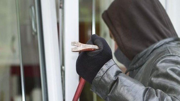 Полицията издирва крадец, обрал метален фургон