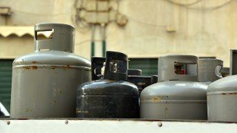 Пожарникари предотвратиха пожар от запалена газова бутилка