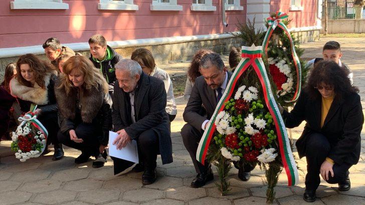 Кметът на Севлиево и председателят на ОбС поднесоха венец пред бюст-паметника на Васил Левски