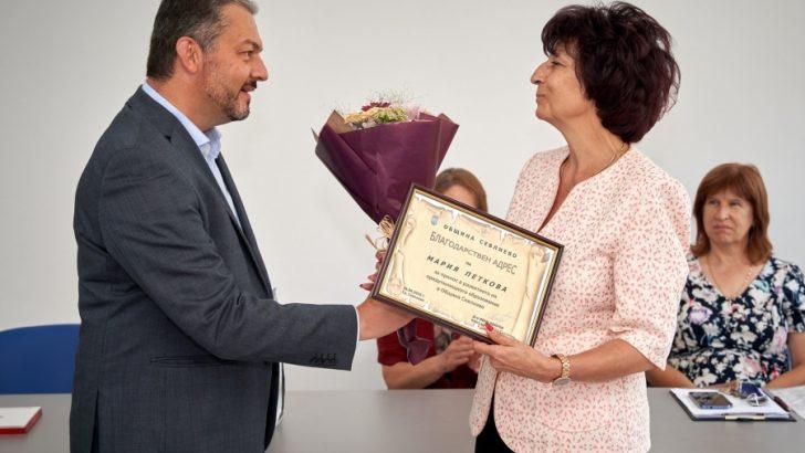 """Кметът д-р Иван Иванов връчи благодарствени писма на пенсионираните директори на детските градини """"Пролет"""" и """"Мечо Пух"""""""