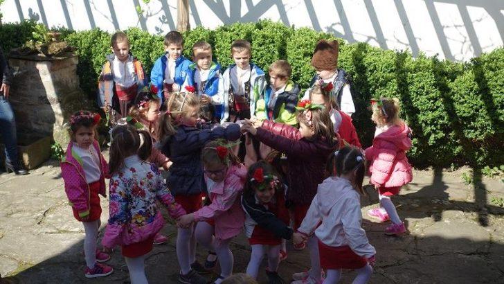 Деца представят Великденските традиции в Дандоловите къщи