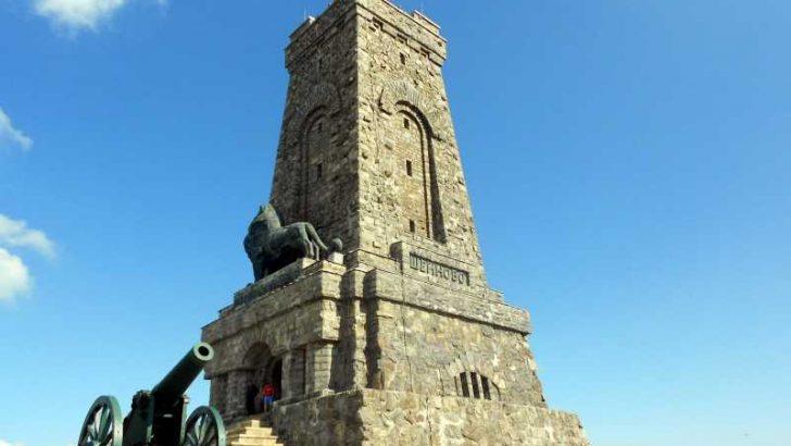 Акцент на Шипченската епопея е Паметника на свободата на връх Свети Никола