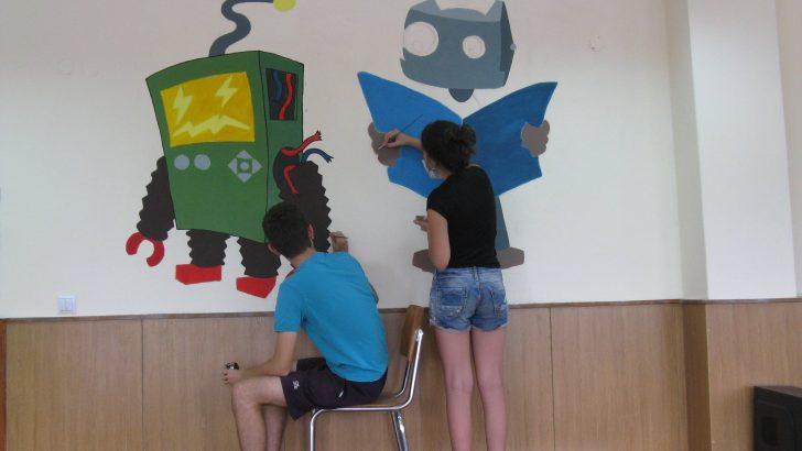 Учител и деца – творци, рисуват по училищни стени
