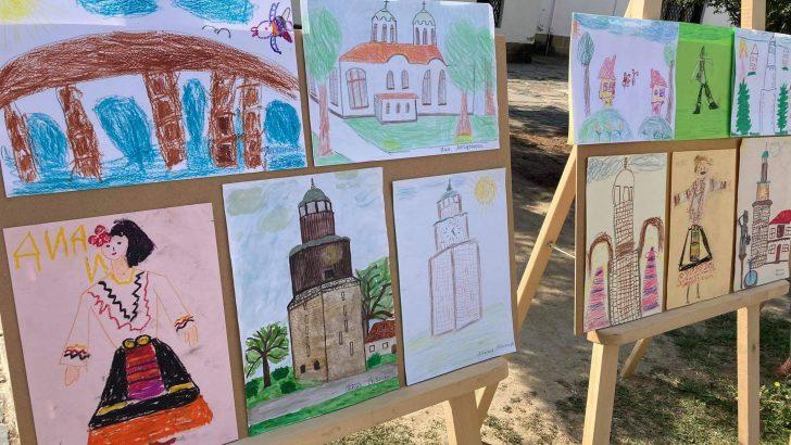 """Представят изложбата """"Възрожденски сгради и носии"""" пред Хаджистояновото училище"""