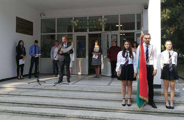 Присъствено започна учебната година в училищата в община Севлиево